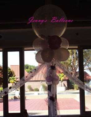 {combination of balloons and flowers to make it beautiful}